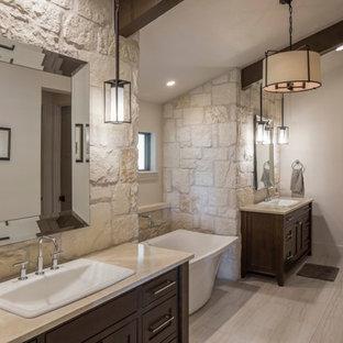Неиссякаемый источник вдохновения для домашнего уюта: большая главная ванная комната в стиле рустика с фасадами в стиле шейкер, темными деревянными фасадами, отдельно стоящей ванной, бежевой плиткой, коричневой плиткой, белой плиткой, плиткой мозаикой, бежевыми стенами, полом из керамогранита, накладной раковиной, столешницей из талькохлорита, душем в нише, бежевым полом и душем с распашными дверями