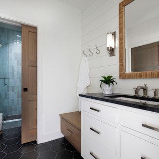 Inspiration för ett mycket stort vintage svart svart badrum med dusch, med vita skåp, blå kakel, keramikplattor, vita väggar, klinkergolv i keramik, ett nedsänkt handfat, bänkskiva i kvarts, svart golv och dusch med gångjärnsdörr