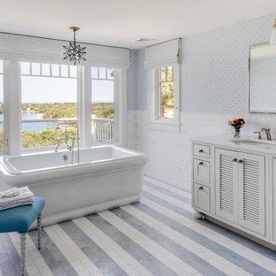 Esempio di una grande stanza da bagno padronale stile marino con ante a persiana, ante bianche, vasca freestanding, piastrelle bianche, lavabo sottopiano, pavimento multicolore, piastrelle diamantate e pareti multicolore