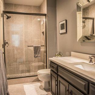 Ispirazione per una stanza da bagno con doccia chic di medie dimensioni con ante con bugna sagomata, ante marroni, doccia alcova, WC a due pezzi, piastrelle grigie, piastrelle in gres porcellanato, pareti grigie, lavabo sottopiano, pavimento grigio e porta doccia scorrevole