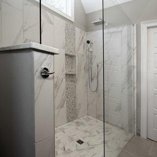 Foto de cuarto de baño principal, clásico renovado, de tamaño medio, con baldosas y/o azulejos blancos, baldosas y/o azulejos de porcelana, paredes grises y suelo de piedra caliza