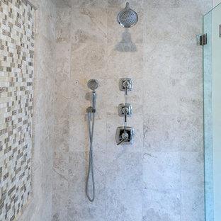 Esempio di una stanza da bagno padronale classica con ante in stile shaker, ante in legno bruno, WC sospeso, piastrelle multicolore, piastrelle in travertino, pareti beige, pavimento in travertino, top in quarzite, pavimento marrone, porta doccia a battente e top bianco