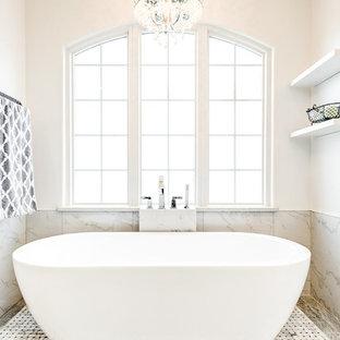 Idéer för att renovera ett stort vintage en-suite badrum, med skåp i shakerstil, vita skåp, ett fristående badkar, en hörndusch, en toalettstol med separat cisternkåpa, vit kakel, marmorkakel, vita väggar, klinkergolv i keramik, ett nedsänkt handfat, marmorbänkskiva, beiget golv och dusch med gångjärnsdörr