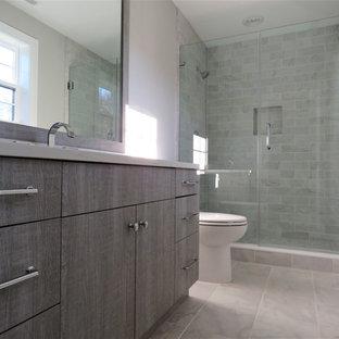 На фото: маленькая детская ванная комната в стиле современная классика с фасадами в стиле шейкер, искусственно-состаренными фасадами, унитазом-моноблоком, серой плиткой, керамической плиткой, серыми стенами, полом из керамической плитки, врезной раковиной, столешницей из искусственного кварца и разноцветным полом с