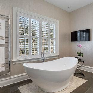 Bild på ett mellanstort vintage badrum med dusch, med släta luckor, vita skåp, ett fristående badkar, en toalettstol med hel cisternkåpa, beige väggar, klinkergolv i porslin, ett undermonterad handfat och bänkskiva i akrylsten