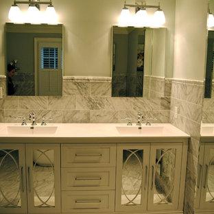 Ejemplo de cuarto de baño principal, tradicional renovado, con lavabo integrado, sanitario de dos piezas, paredes azules, armarios tipo vitrina y puertas de armario blancas