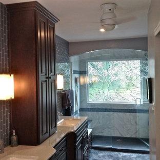 Ejemplo de cuarto de baño principal, clásico renovado, de tamaño medio, con lavabo integrado, encimera de ónix, ducha empotrada, baldosas y/o azulejos azules, baldosas y/o azulejos de porcelana y paredes grises