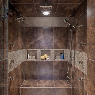 На фото: ванные комнаты в современном стиле с двойным душем, нишей и сиденьем для душа