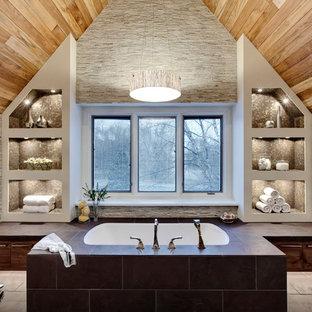 Выдающиеся фото от архитекторов и дизайнеров интерьера: ванная комната в современном стиле с плоскими фасадами, темными деревянными фасадами, полновстраиваемой ванной, серой плиткой и удлиненной плиткой
