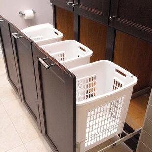 Idée de décoration pour une grand douche en alcôve principale tradition avec un placard à porte plane, des portes de placard marrons, un WC séparé, un carrelage beige, des carreaux de céramique, un mur beige, un sol en carrelage de porcelaine, un lavabo encastré, un plan de toilette en granite, un sol beige et une cabine de douche à porte coulissante.