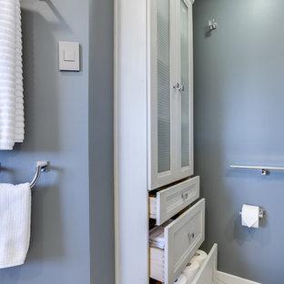 Foto di una grande stanza da bagno padronale classica con ante con riquadro incassato, ante grigie, doccia ad angolo, lavabo sottopiano, top in quarzo composito e porta doccia a battente