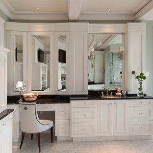Esempio di una grande stanza da bagno padronale chic con ante in stile shaker, ante bianche, vasca con piedi a zampa di leone, doccia aperta, pavimento in marmo, top in onice, pavimento bianco e top nero