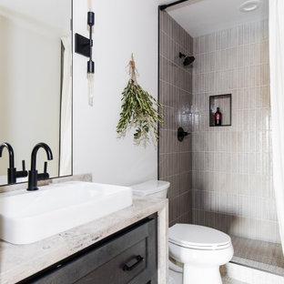 Foto di una stanza da bagno classica con ante in stile shaker, ante nere, doccia alcova, piastrelle grigie, pareti bianche, lavabo a bacinella, pavimento beige, doccia con tenda, top beige, nicchia, un lavabo e mobile bagno incassato