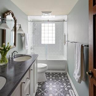 Esempio di una stanza da bagno chic di medie dimensioni con ante in stile shaker, ante bianche, vasca ad alcova, vasca/doccia, WC a due pezzi, piastrelle bianche, piastrelle diamantate, pareti blu, pavimento con piastrelle a mosaico, lavabo sottopiano e top in superficie solida