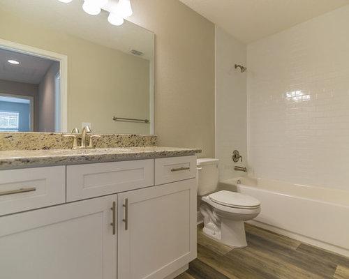 Salle de bain de taille moyenne avec sol en stratifi for Taille moyenne salle de bain