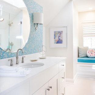 Klassisches Badezimmer mit Schrankfronten im Shaker-Stil, weißen Schränken, blauer Wandfarbe, Keramikboden, Einbauwaschbecken, Quarzwerkstein-Waschtisch, weißem Boden und gelber Waschtischplatte in Chicago