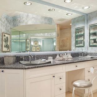 Foto di un'ampia stanza da bagno con doccia tradizionale con pareti blu, lavabo da incasso, ante bianche, piastrelle beige, ante con riquadro incassato, top alla veneziana, pavimento beige, porta doccia a battente e top grigio