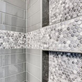 Bild på ett litet vintage en-suite badrum, med luckor med upphöjd panel, ett fristående badkar, en hörndusch, klinkergolv i keramik, ett undermonterad handfat, bänkskiva i kvarts och dusch med gångjärnsdörr