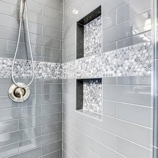Kleines Klassisches Badezimmer En Suite mit profilierten Schrankfronten, freistehender Badewanne, Eckdusche, Keramikboden, Unterbauwaschbecken, Quarzwerkstein-Waschtisch und Falttür-Duschabtrennung in Washington, D.C.