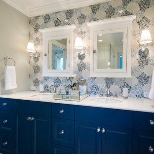 Ejemplo de cuarto de baño principal, tradicional renovado, de tamaño medio, con armarios estilo shaker, puertas de armario azules, ducha esquinera, sanitario de dos piezas, baldosas y/o azulejos multicolor, paredes grises, suelo con mosaicos de baldosas, lavabo bajoencimera y encimera de cuarcita