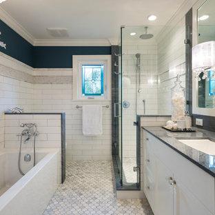 Diseño de cuarto de baño infantil, clásico renovado, de tamaño medio, con armarios estilo shaker, puertas de armario blancas, bañera empotrada, ducha esquinera, sanitario de dos piezas, baldosas y/o azulejos multicolor, losas de piedra, paredes azules, suelo con mosaicos de baldosas, lavabo bajoencimera y encimera de mármol