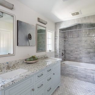 Inredning av ett klassiskt mycket stort flerfärgad flerfärgat badrum för barn, med skåp i shakerstil, grå skåp, ett fristående badkar, en dusch i en alkov, vit kakel, kakelplattor, vita väggar, kalkstensgolv, ett undermonterad handfat, bänkskiva i kvartsit, grått golv och dusch med gångjärnsdörr