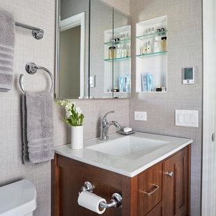Réalisation d'une petite douche en alcôve principale tradition avec un placard à porte shaker, des portes de placard marrons, un WC séparé, un carrelage blanc, des carreaux de céramique, un mur beige, un sol en carrelage de porcelaine, un lavabo intégré, un sol marron, une cabine de douche à porte coulissante et un plan de toilette blanc.