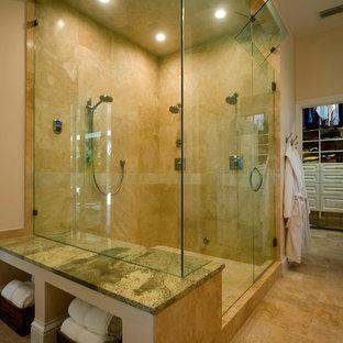 タンパの広いトランジショナルスタイルのおしゃれなマスターバスルーム (シェーカースタイル扉のキャビネット、濃色木目調キャビネット、置き型浴槽、コーナー設置型シャワー、ベージュのタイル、セラミックタイル、ベージュの壁、セラミックタイルの床、アンダーカウンター洗面器、ガラスの洗面台、ベージュの床、開き戸のシャワー、グリーンの洗面カウンター) の写真