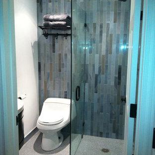 Ejemplo de cuarto de baño con ducha, moderno, pequeño, con armarios tipo mueble, puertas de armario de madera en tonos medios, ducha a ras de suelo, sanitario de una pieza, baldosas y/o azulejos azules, baldosas y/o azulejos verdes, baldosas y/o azulejos de vidrio, paredes blancas, suelo con mosaicos de baldosas, lavabo suspendido, encimera de acrílico, suelo gris y ducha con puerta con bisagras