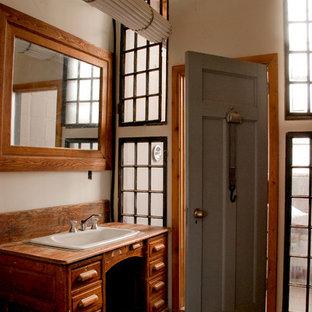 Rustikales Badezimmer mit Waschtisch aus Holz in Toronto