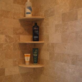 Bild på ett mellanstort vintage en-suite badrum, med släta luckor, bruna skåp, ett badkar i en alkov, en dusch/badkar-kombination, en toalettstol med hel cisternkåpa, beige kakel, travertinkakel, beige väggar, klinkergolv i keramik, ett undermonterad handfat, granitbänkskiva, beiget golv och dusch med skjutdörr