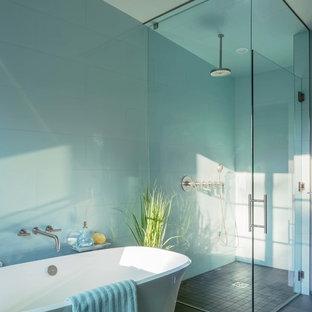 Idéer för ett maritimt en-suite badrum, med ett fristående badkar och en kantlös dusch