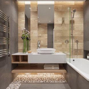Diseño de cuarto de baño principal, contemporáneo, con encimeras blancas, armarios abiertos, puertas de armario blancas, bañera encastrada, combinación de ducha y bañera, baldosas y/o azulejos marrones, baldosas y/o azulejos de cemento, paredes grises, suelo de baldosas tipo guijarro, lavabo sobreencimera, encimera de granito y suelo gris