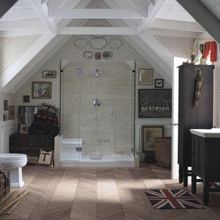 Imagen de cuarto de baño principal, bohemio, de tamaño medio, con lavabo integrado, armarios tipo mueble, puertas de armario de madera en tonos medios, ducha abierta, sanitario de dos piezas, baldosas y/o azulejos beige, paredes beige y suelo de madera clara