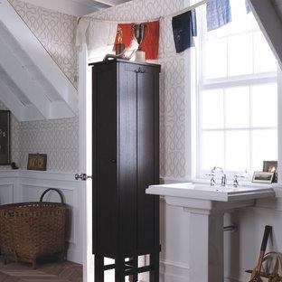 Modelo de cuarto de baño con ducha, bohemio, de tamaño medio, con lavabo con pedestal, armarios estilo shaker, puertas de armario de madera en tonos medios, paredes beige y suelo de madera clara