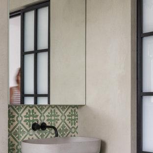 Esempio di una stanza da bagno padronale minimalista di medie dimensioni con ante lisce, ante verdi, vasca freestanding, doccia a filo pavimento, WC monopezzo, piastrelle verdi, piastrelle di cemento, pareti grigie, pavimento in marmo, lavabo a consolle, top in legno, pavimento bianco, porta doccia scorrevole e top verde