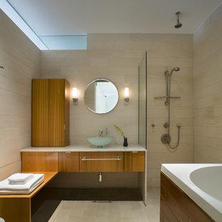 Foto di una stanza da bagno moderna con doccia aperta, piastrelle in pietra, lavabo a bacinella e doccia aperta
