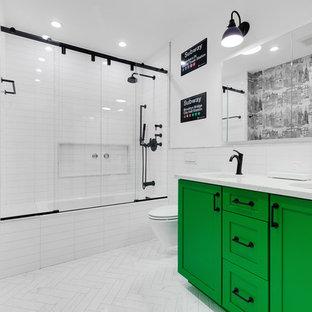 Klassisches Duschbad mit Schrankfronten im Shaker-Stil, grünen Schränken, Badewanne in Nische, Duschbadewanne, Wandtoilette, weißen Fliesen, Metrofliesen, weißer Wandfarbe, Unterbauwaschbecken, weißem Boden, Schiebetür-Duschabtrennung und weißer Waschtischplatte in New York
