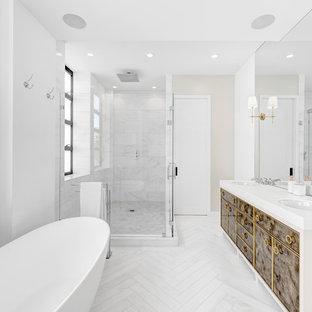 Idee per una stanza da bagno padronale design di medie dimensioni con piastrelle di marmo, pareti bianche, pavimento in marmo, lavabo sottopiano, porta doccia a battente, consolle stile comò, ante marroni, vasca freestanding, doccia ad angolo, piastrelle grigie, pavimento bianco e top bianco