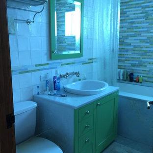 Idee per una stanza da bagno per bambini eclettica di medie dimensioni con ante lisce, ante verdi, vasca sottopiano, vasca/doccia, piastrelle multicolore, piastrelle di vetro, pavimento con piastrelle in ceramica, lavabo sottopiano, top in marmo e WC a due pezzi