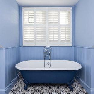 Esempio di una stanza da bagno per bambini classica di medie dimensioni con vasca con piedi a zampa di leone e pareti blu