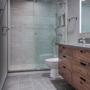 Esempio di una stanza da bagno con doccia minimal di medie dimensioni con ante lisce, ante in legno scuro, WC monopezzo, pareti blu, pavimento con piastrelle in ceramica, lavabo sottopiano, top in quarzo composito, porta doccia scorrevole, piastrelle bianche, piastrelle in ceramica, pavimento grigio e doccia alcova