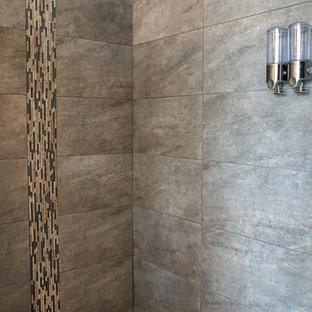 Modern inredning av ett mycket stort en-suite badrum, med ett fristående handfat, luckor med upphöjd panel, skåp i ljust trä, bänkskiva i glas, ett fristående badkar, en kantlös dusch, beige kakel, porslinskakel, lila väggar och klinkergolv i porslin