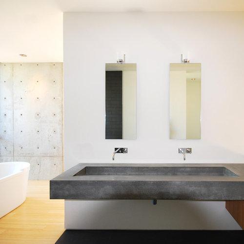 badezimmer mit beton waschtisch und freistehender. Black Bedroom Furniture Sets. Home Design Ideas