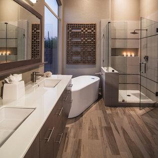 Imagen de cuarto de baño principal, contemporáneo, grande, con bañera exenta, armarios con paneles lisos, puertas de armario marrones, ducha esquinera, baldosas y/o azulejos beige, baldosas y/o azulejos de porcelana, paredes beige, suelo de madera oscura, lavabo bajoencimera, encimera de cuarcita, suelo marrón, ducha con puerta con bisagras y encimeras blancas