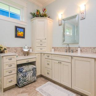 Foto di una stanza da bagno padronale stile marino di medie dimensioni con ante con riquadro incassato, ante bianche, doccia aperta, WC monopezzo, pareti blu, pavimento in linoleum, lavabo sottopiano e top in quarzo composito