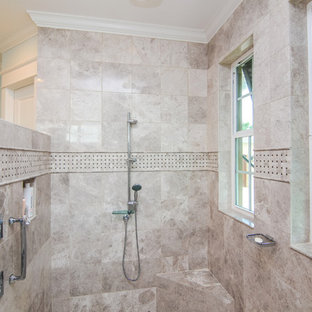 На фото: со средним бюджетом главные ванные комнаты среднего размера в морском стиле с фасадами с утопленной филенкой, белыми фасадами, открытым душем, унитазом-моноблоком, синими стенами, полом из линолеума, врезной раковиной, столешницей из искусственного кварца, бежевой плиткой и керамогранитной плиткой