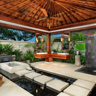 Неиссякаемый источник вдохновения для домашнего уюта: ванная комната в морском стиле с настольной раковиной, фасадами цвета дерева среднего тона, открытым душем, серой плиткой, японской ванной и открытым душем