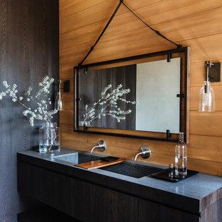 Cette photo montre une salle de bain exotique avec un lavabo intégré.
