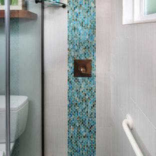 Inspiration för små exotiska badrum, med ett undermonterad handfat, en dusch i en alkov, blå kakel, mosaik och mosaikgolv